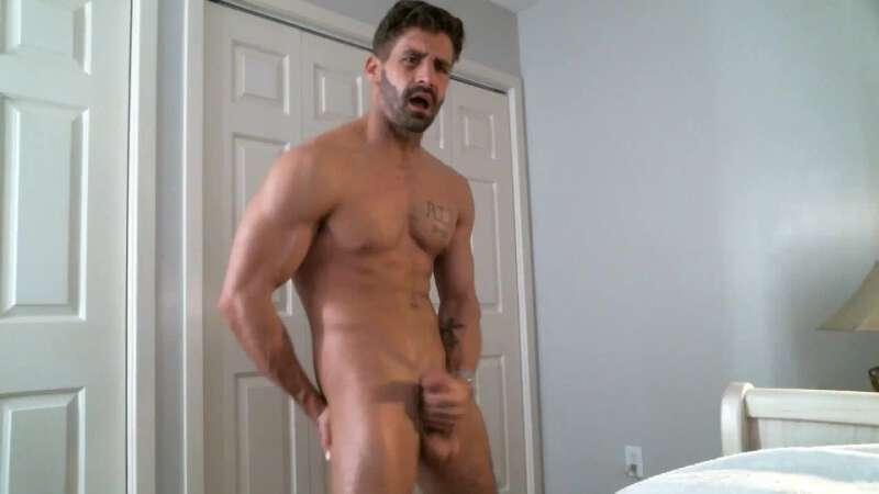 Muscled cam hunk Brett King jerking off