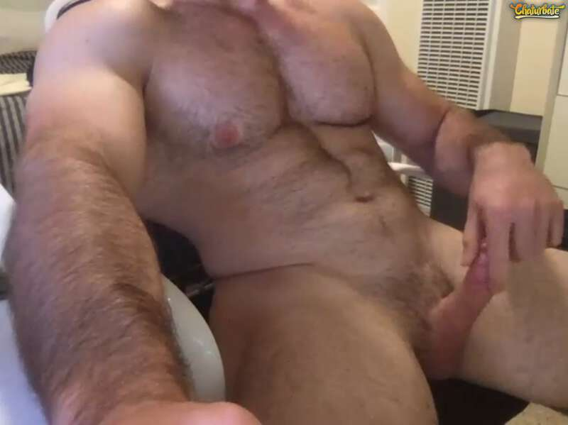 Naked muscle man jerking off on cam